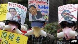 Người biểu tình mang biểu ngữ lên án việc sử dụng năng lượng hạt nhân tại Tokyo, Chủ Nhật 10/4/2011