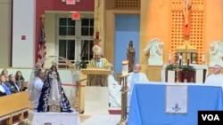El obispo auxiliar de Managua, monseñor Solvio Báez, celebra una misa en Miami en el día de la Inmaculada Concepción de María, una de las más importantes tradiciones de Nicaragua.