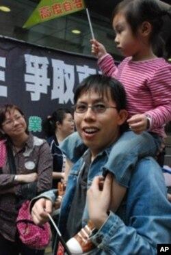 教育界選委方先生與女兒一起參加遊行