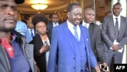 肯尼亞反對党領導人奧廷加(中)在開完一個記者會後走出會場 (資料圖片)
