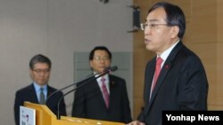 이석준 한국 국무조정실장이 지난 2일 서울 세종로 정부서울청사에서 한국 정부의 독자적 대북제재 조치에 대해 발표하고 있다.