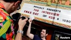 24일 북한 지도자 김정은을 다룬 코미디 영화 '인터뷰'가 상영된 미국 로스앤젤레스의 한 극장에서 관객들이 사진을 찍고 있다.