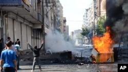 Diyabakır'da gösterilerde yangın barikatı kuran gençler