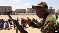 용병들에게 총기 사용법을 가르치는 리비아 반정부군