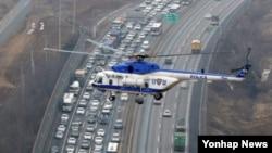 설 연휴를 하루 앞둔 17일 오후 한국 경찰청 귀성길 점검 헬기에서 바라본 경기 화성시 동탄 신도시 부근 경부고속도로가 귀성길 차량으로 막히고 있다.