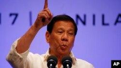 Tổng thống Philippines Rodrigo Duterte phát biểu với báo chí sau khi hội nghị thượng đỉnh lần thứ 30 của ASEAN kết thúc tại Manila,ngày 29/4/2017.