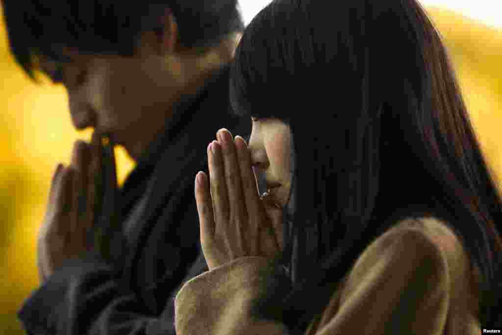 일본 도쿄 메이지 신사에서 새해를 맞아 방문객들이 기도를 하고 있다.