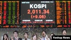 증권 폐장일인 지난해 12월 30일 한국거래소 홍보관 직원들이 색종이를 뿌리며 한 해를 마무리하고 있다.(자료사진)