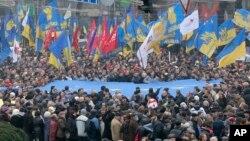 Người biểu tình phất cờ Liên hiệp Châu Âu tại Kiev, Ukraina, ngày 24/11/2013.