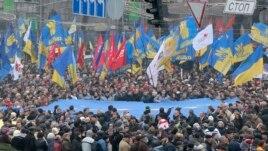 Demonstranti u Kijevu nose zastave Evropske unije, Ukrajina, 24. novembar, 2013.