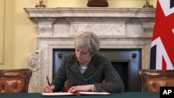 英国首相特蕾莎·梅2017年3月28日签署致欧洲理事会主席公函,正式启动脱欧程序