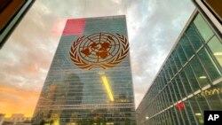 미국 뉴욕의 유엔총회장에서 창문을 통해 바라본 본부 건물.