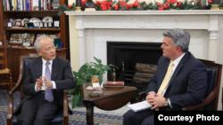 美国联邦参议员加德纳(Sen. Cory Gardner, R-CO)2018年12月12日与中国驻美大使崔天凯举行会谈。(照片来源:Sen. Cory Gardner Press Release)