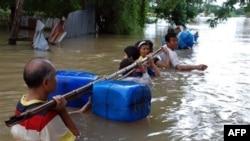 Cư dân tìm đủ mọi cách để lội qua dòng nước lũ ở tỉnh Nakhon Ratchasima, đông bắc Thái Lan, ngày 17/10/2010