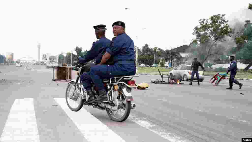 Des policiers déplacent des barricades à Kinshasa, le 19 septembre 2016.