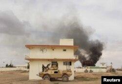 ຄວັນໄຟຜູ່ຂື້ນຈາກເຮືອນຫລັງໜຶ່ງຫລັງຈາກ ການໂຈມຕີຈາກພວກ Taliban ໃນເຂດ Gereshk ຂອງແຂວງ Helmand ປະເທດ Afghanistan.