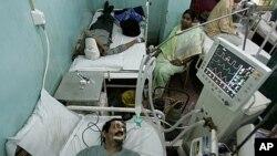 Bệnh nhân bị bệnh ung thư được chữa trị trong một bệnh viên ở thành phố Kolkata, Ấn Độ