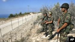 Dalam foto tertanggal 2-10-2006 ini tentara Lebanon menjaga wilayah perbatasan Lebanon, sementara mereka melihat ke wilayah Israel di depannya.
