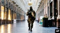 Binh sĩ Bỉ đi qua khu mua sắm Galleries Royal Saint-Hubert ở trung tâm Brussels, 26/11/2015.