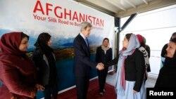 Ngoại trưởng Mỹ John Kerry gặp các nữ doanh gia Afghanistan đang góp phần vào các công cuộc đầu tư mới trong các ngành nông nghiệp, kỹ thuật, nghệ thuật và thể thao tại Ðại sứ quán Hoa Kỳ ở Kabul, ngày 26/3/2013.