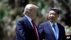川普总统和中国国家主席习近平4月7日在佛罗里达海湖庄园进行峰会后一起散步交谈