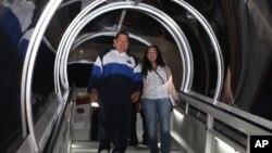 Chávez, acompañado de su hija Rosa Virginia, sonríe al arribar el miércoles 11 de abril a Caracas.