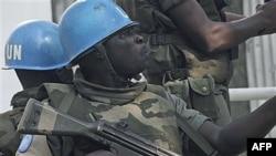 Lực lượng Liên Hiệp Quốc tuần tra trên một đường phố ở Abidjan, Bờ Biển Ngà, 22/12/2010