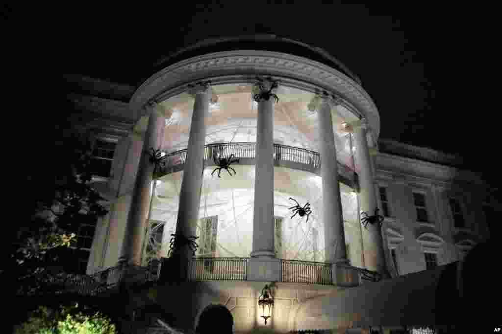 Gedung Putih di Washington dihias denganlaba-laba dan jaring-jaring laba-laba untuk merayakan Halloween, 28 Oktober 2017.