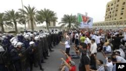 巴林反政府示威者面對防暴警察高呼口號