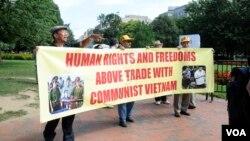Người Việt ở Mỹ biểu tình khi Chủ tịch nước Việt Nam Trương Tấn Sang đến Hoa Kỳ, đòi hỏi nhân quyền và các quyền tự do cho Việt Nam
