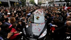 Miles de personas acompañaron al vehículo que trasladaba los restos de Gustavo Cerati en Buenos Aires.