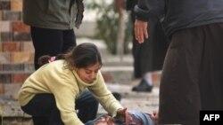 Une jeune irakienne pleure son père tué par un obus tiré par des djihadistes du groupe Etat islamique sur des civils rassemblés pour recevoir de l'aide, dans le quartier d'Al-Risala le 22 mars 2017.