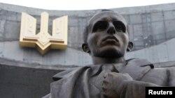 Памятник Степану Бандере во Львове, Украина (архивное фото)