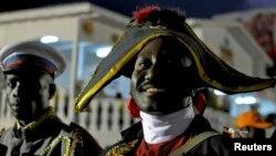 Warga Haiti mengenakan pakaian Jean-Jacques Dessalines, pemimpin revolusi Haiti pada acara karnaval di Les Cayes (foto: dok). Haiti merayakan 210 tahun kemerdekaan hari Rabu 1 Januari 2014.