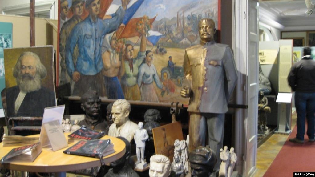 布拉格的共產主義博物館有馬克思和斯大林像和宣傳畫(2015年)