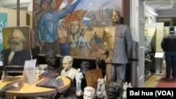 布拉格的共产主义博物馆有马克思和斯大林像和宣传画(2015年)