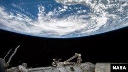 El astronauta de NASA Scott Kelly actualmente en una misión de un año en la estación especial internacional tomó esta foto de la tormenta tropical Bill, en el Golfo de México, el 15 de junio de 2015.