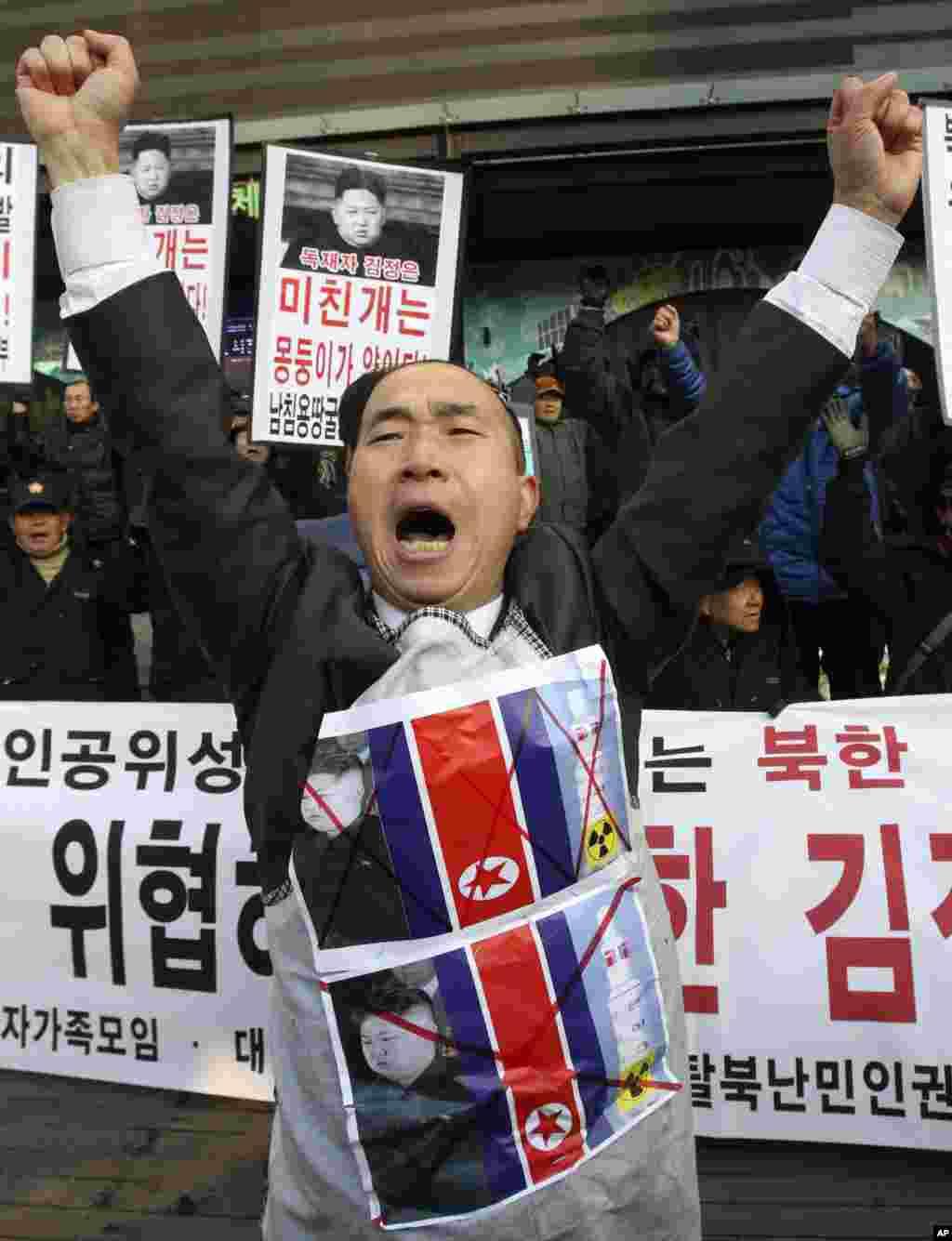 12일 한국 서울에서 열린 북한 로켓 발사 규탄 시위에서 시민단체 회원.