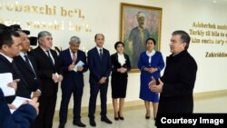 O'zbekiston Prezidenti Shavkat Mirziyoyev bir guruh ijodkorlar davrasida, Toshkent, O'zbekiston