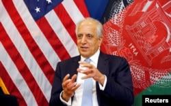 지난 1월 잘메이 할릴자드 아프가니스탄 주재 미국 특사가 카불 주재 미 대사관에서 현지 취재진들의 질문에 답하고 있다.