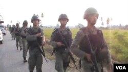 Sejumlah anggota Brimob Subden B Kompi Pelopor Polda Sulawesi Tengah, mengawal ketat Olah TKP yang digelar Kepolisian Poso, Rabu, 26 Februari 2014 (VOA/Yoanes Litha).