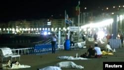 一辆卡车冲进法国尼斯的人群80人丧生