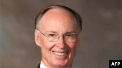 Thống đốc Alabama Robert Bentley ký ban hành luật hôm thứ Năm và nói đây là đạo luật về di trú mạnh mẽ nhất ở nước Mỹ
