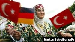 Berlin'de Türk Günü'nde iki ülkenin bayraklarını sallayan bir genç kız
