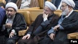 حسن روحانی در روزهای اخیر با انتقاد محافظهکاران نزدیک به رهبر مواجه شده است.