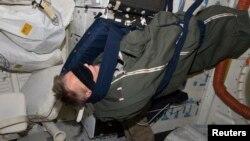 خلا باز سلیپنگ بیگ میں سو رہا ہے