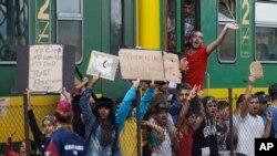 Izbeglice tokom protesta u železničkoj stanici Bičke, zapadno od Budimpešte, gde su madjarske vlasti zaustavile voz na putu za Austriju, 4. septembra 2015.
