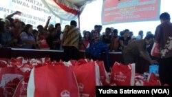 Pasar murah sembako jelang Lebaran di Laweyan, Solo, 23 Juni 2015 (Foto: VOA/Yudha)