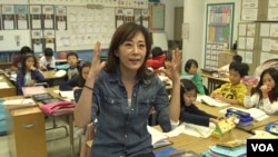 Wonnie Pak teaches third-graders in English and Korean at Cahuenga Elementary School in Los Angeles, Calif. She says bilingual education creates opportunities. (A. Martinez/VOA)
