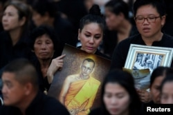 Mourners wait for the start of the funeral procession for Thailand's late King Bhumibol Adulyadej before the Royal Cremation Ceremony in front of the Grand Palace in Bangkok, Oct. 26, 2017.